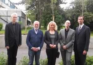 Nach der Spendenübergabe vor den zur Erinnerung vor der Schule gepflanzten 18 Bäumen: U. Wessel, J. Erlemeyer, A. Bleß, G. Lauterbacher, M. Bleß